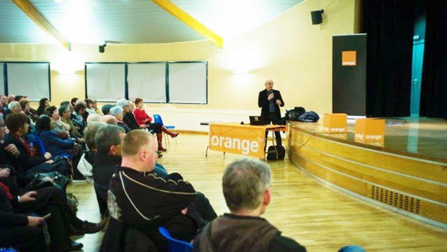 C'est devant une assemblée nombreuse et curieuse à la Doline que Orange organisait une réunion d'information sur la fibre.