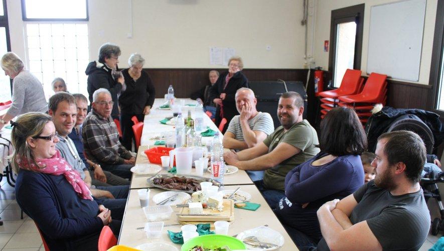 Quelques bénévoles après le service ; enfin à table !