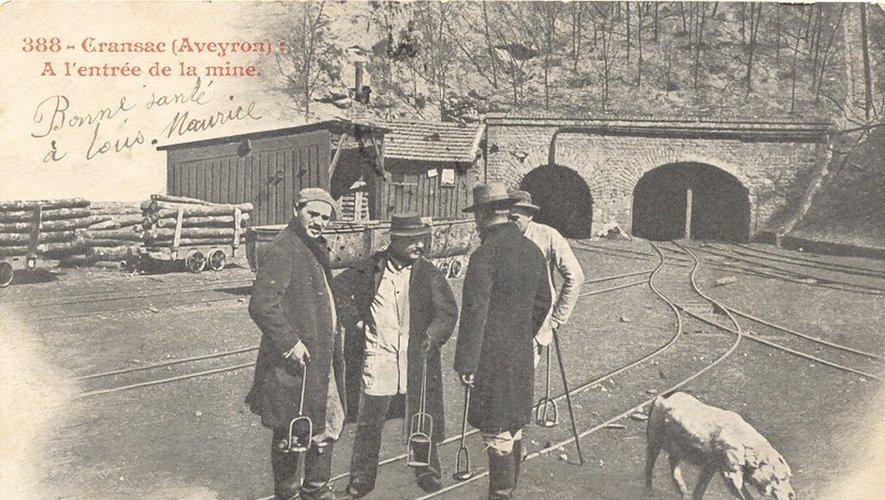 Mineurs avec d'anciennes lampes devant l'entrée d'une mine à Cransac.