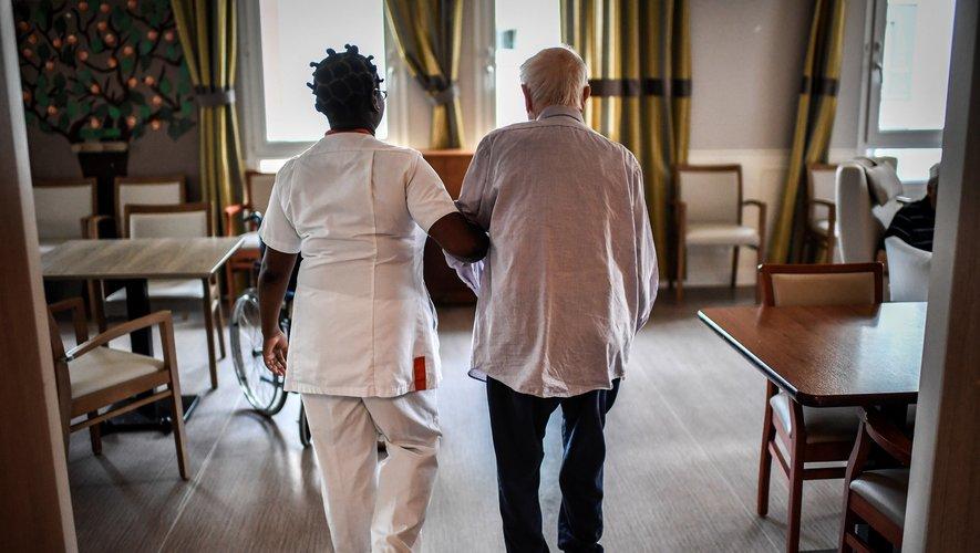 Les personnes âgées étant les plus vulnérables face au virus, il est recommandé d'éviter les visites dans les EHPAD. Dans les établissements de santé, les visites sont limitées à une personne par patient. Les mineurs et les personnes malades ne