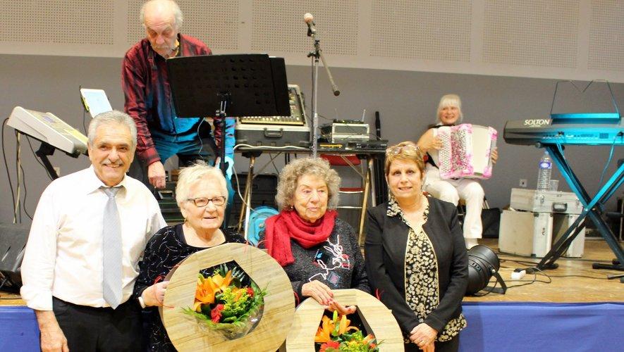 Les deux aubinoises de 95 ans, entourées par le maire André Martinez et l'adjointe Christine Delpouve.
