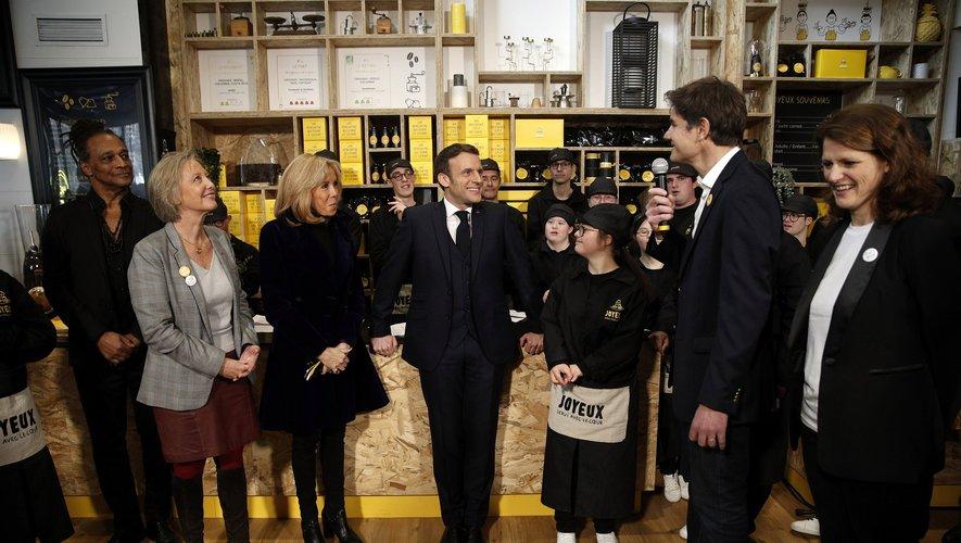 Le Président Emmanuel Macron rend visite au Café Joyeux.
