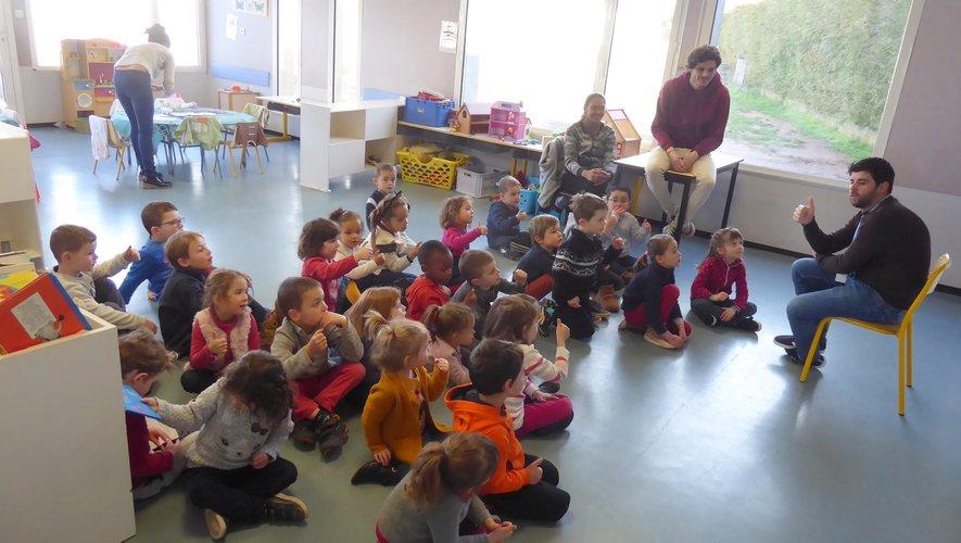 Les 3-5 ans chantant « Une petite main qui bouge », encadrés par François, Samuel, Arancia et Julie.