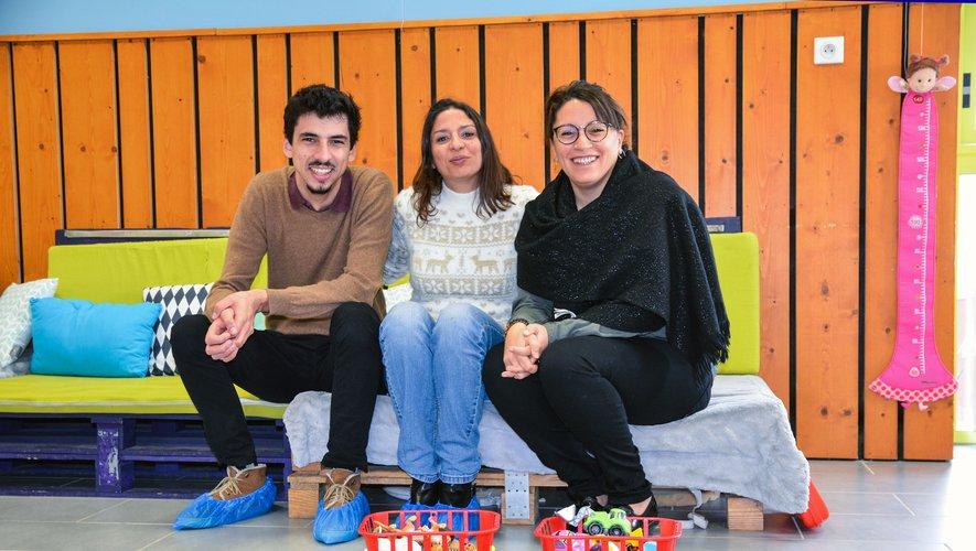 Les deux accueillants Miliana et Romain en compagnie de Zohra, la directrice du centre de loisirs.