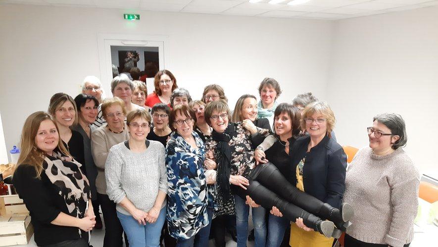 Au centre Nadine Galibert, Andrée Vernhes, présidente, entourées, des bénévoles, des salariées de l'associationet des infirmières du secteur.