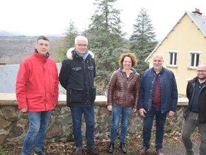 Élus et représentants de l'agence immobilière réunis devant « Le hameau du lac » à nouveau habité.