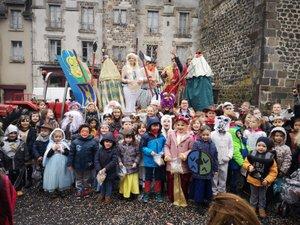 Le défilé haut en couleur a traversé le village et ravi les nombreux passants.