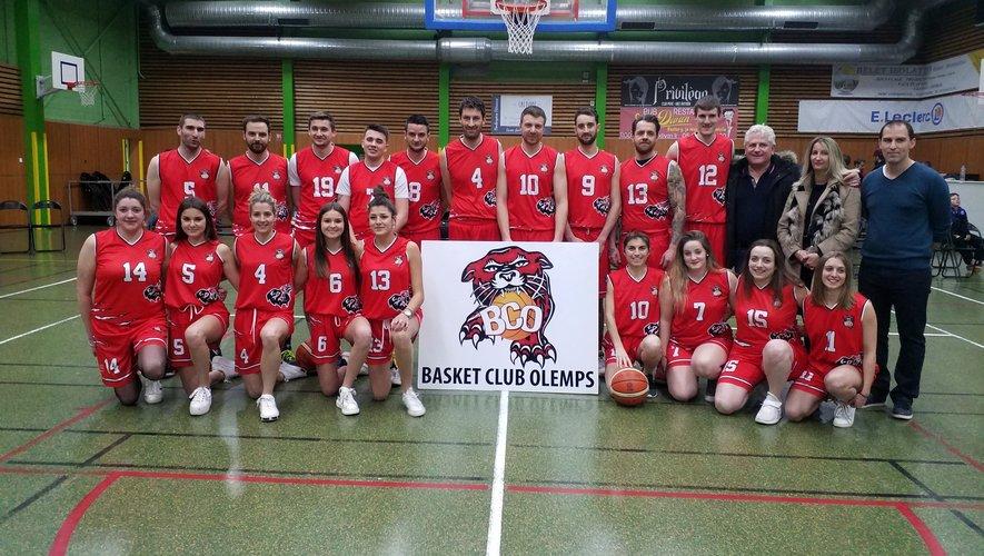 Les deux équipes réunies avec leurs entraîneurs et leurs partenaires.