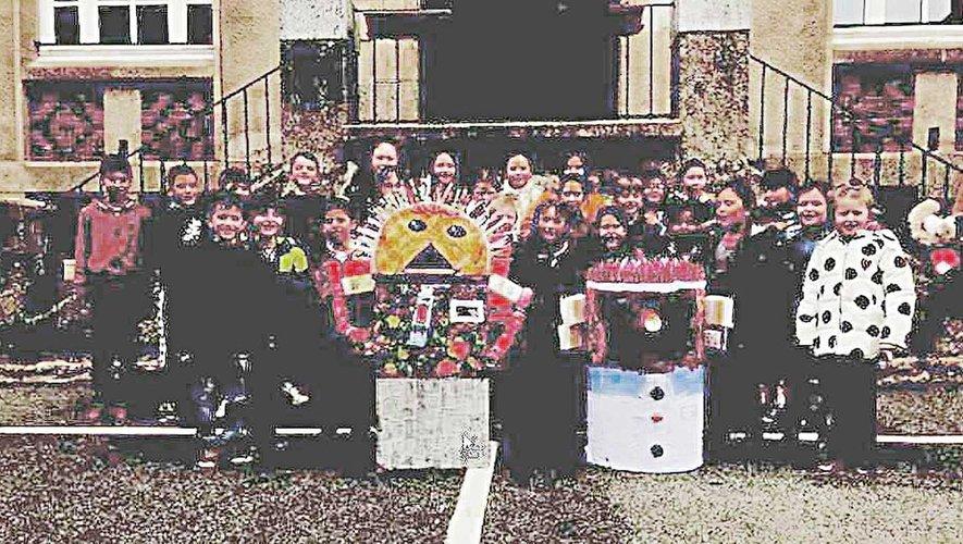 Les enfants sensibilisés au recyclage, par la fabrication de monstres issus de déchets.