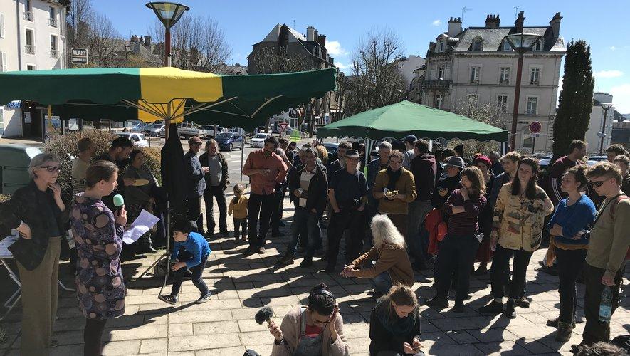 Une centaine de personnes est venue soutenir les personnes jugées, mercredi 11 mars, devant le tribunal.