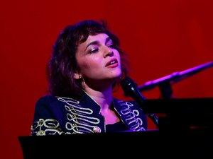 """Norah Jones annonce un nouvel album avec le single """"I'm Alive""""."""