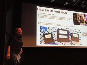 Nathalie Bouillard présentant la partie « arts visuels » du bilan annuel.
