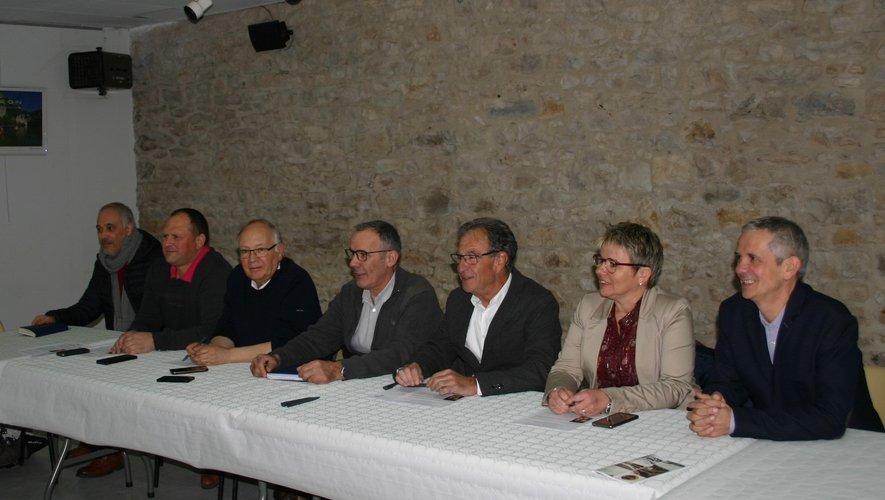 Filippo de Dominicis, professeur de théâtre au CRDA, Sébastien Cros, maire de St-Martin-de-Lenne, Roger Auguy, maire de Prades-d'Aubrac, Alain Vioulac, maire de St-Laurent-d'Olt, Jean-Paul Peyrac, maire de Palmas-d'Aveyron et président de la ComCom, Magali Bessaou, présidente du CRDA et Marc Bories, maire de St-Geniez-d'Olt et d'Aubrac.