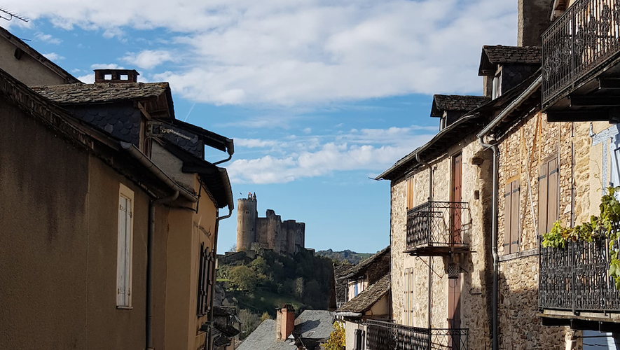 La château de Najac dans l'alignement de la rue principale. Photo L.N.