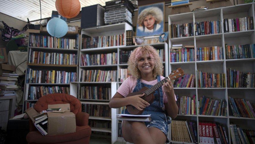Lua Oliveira a fondé une bibliothèque dans sa favela de Rio de Janeiro.