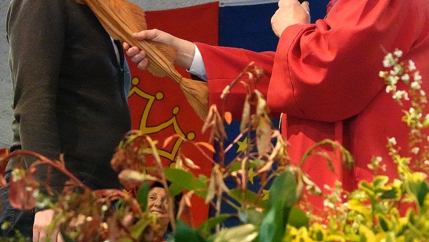 « Chevalier de notre Confrérie » à l'aide d'un sceptre représentant un stockfisch.