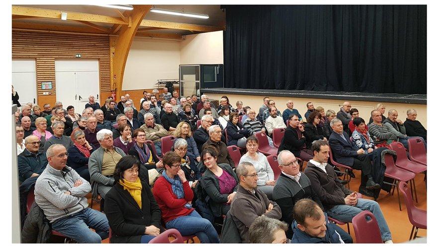 Les nombreux sociétaires s'étaient réunis à la salle de spectacle.