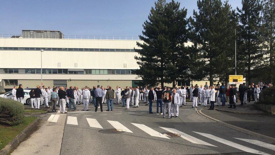 Les salariés réunis devant l'usine ce mardi matin.