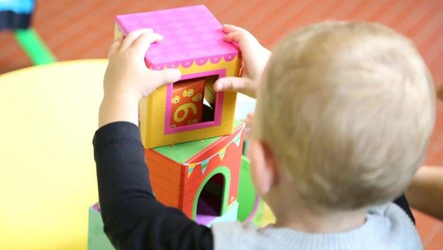 Les crèches, haltes-garderies etmulti-accueil ont été fermés mais les assistantes maternellesexerçant à domicile peuvent poursuivre leur activité.