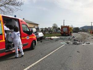 Un choc très violent entre cette voiture et le camion qui n'a pu s'arrêter que 20 mètres plus loin.