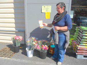 Des ventes d'œillets par les bénévoles locaux.