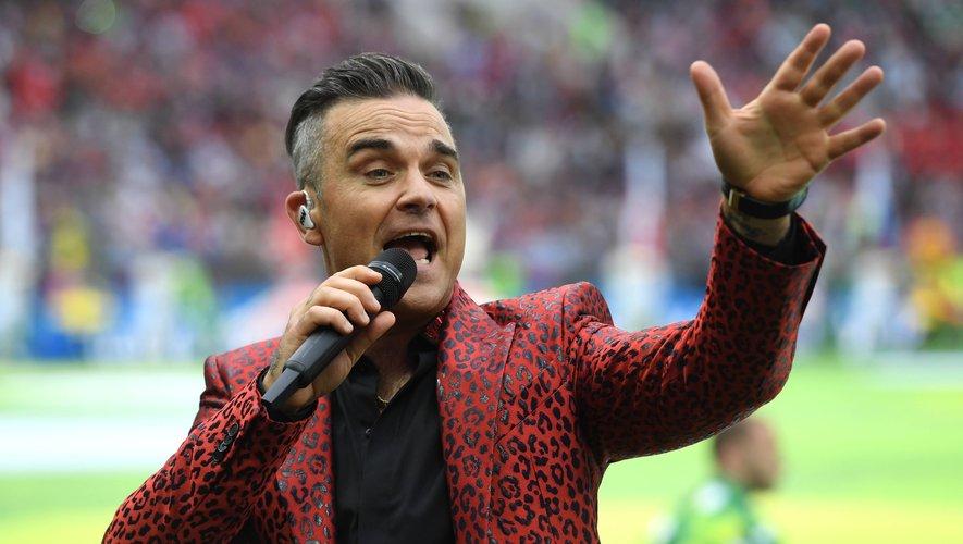 Le chanteur de pop-rock britannique Robbie Williams et sa femme Ayda Field occupent leur journée à se donner des rendez-vous galants, à bonne distance...