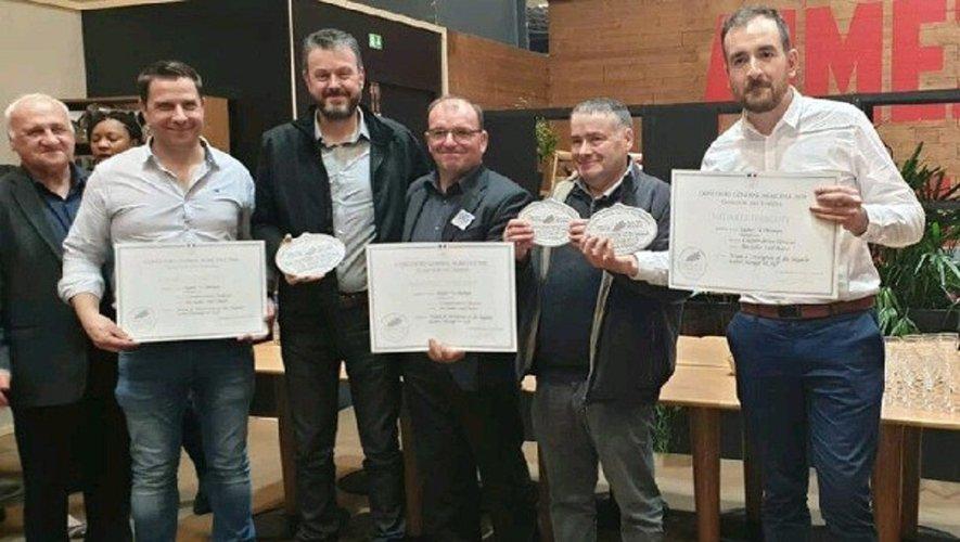 Remise de la médaille au salon : à gauche Pierre Cabrit de l'IRVA (Interprofession Régionale du Veau d'Aveyron), Guy de Nardi et Jean-Louis Gayrard.