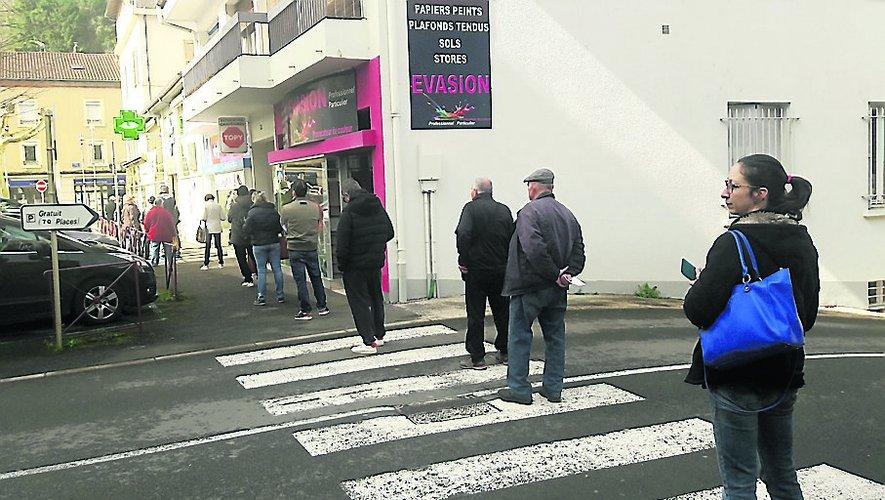 Une file de plus de 30 m dans la rue pour cette pharmacie.