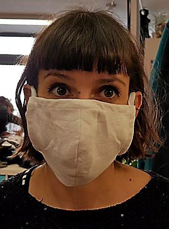 Aude, de l'atelier « à quatre épingles » à Rodez, essaie les premiers masques confectionnés en tissu.