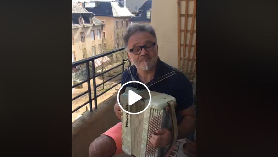 Place de la Madeleine à Rodez, on joue de l'accordéon...