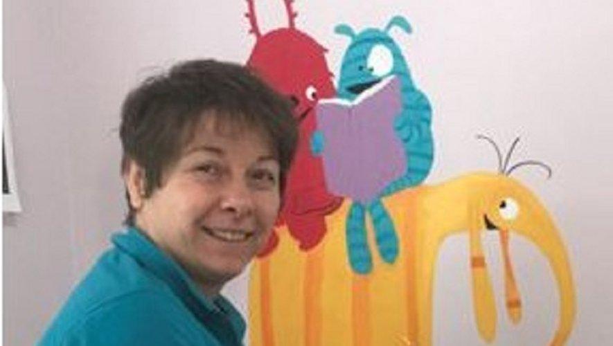 Cécile mets des paillettes sur les murs de l'école.