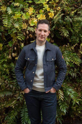 Le Villefranchois Brice Lambert-Simons lance sa marque de jeans et de blousons « Chevrons » avec lesquels il pose ci-dessus.