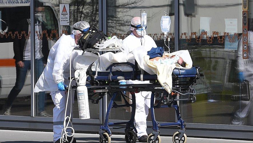 De Rome à New York en passant par Paris, 900 millions de personnes dans le monde sont confinées chez elles ce week-end, dans l'espoir d'enrayer la pandémie de coronavirus