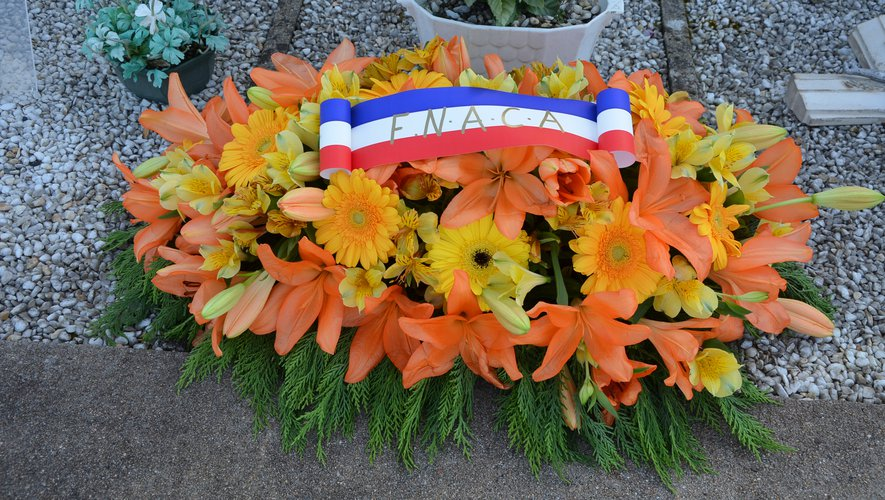 Une gerbe magnifique à la mémoire des 19 morts sur les cantons Decazeville et Aubin.