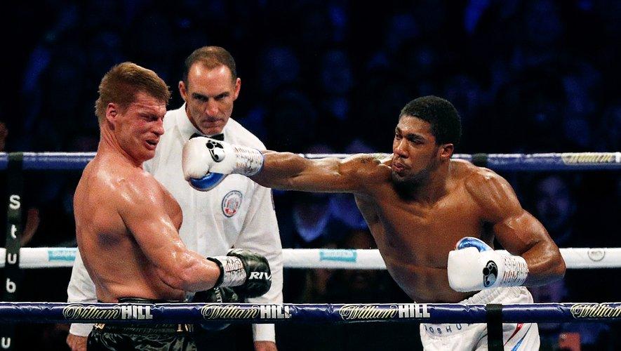 Le boxeur (ici à droite) doit défendre ses ceintures WBA-IBF-WBO des poids lourds face au Bulgare Kubrat Pulev le 20 juin à Londres.