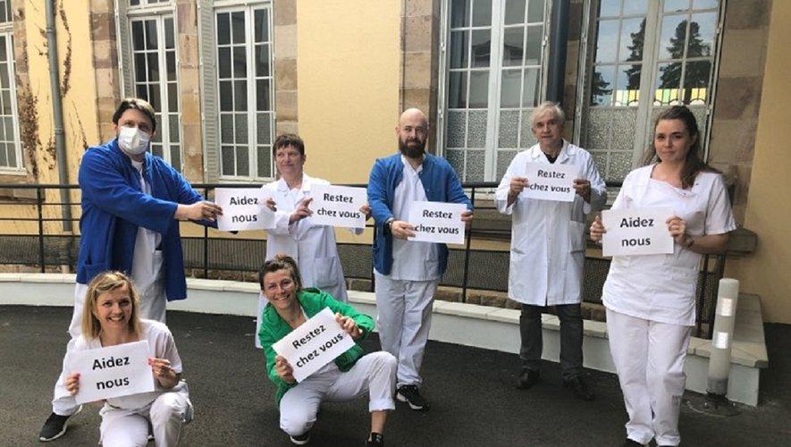 Le Dr Gérard Rohmer (2e en partant de la droite) et le personnel soignant de Sainte-Marie,  à l'instar de celui de Jacques-Puel, appellent les gens à rester chez eux. Et ainsi à les aider…