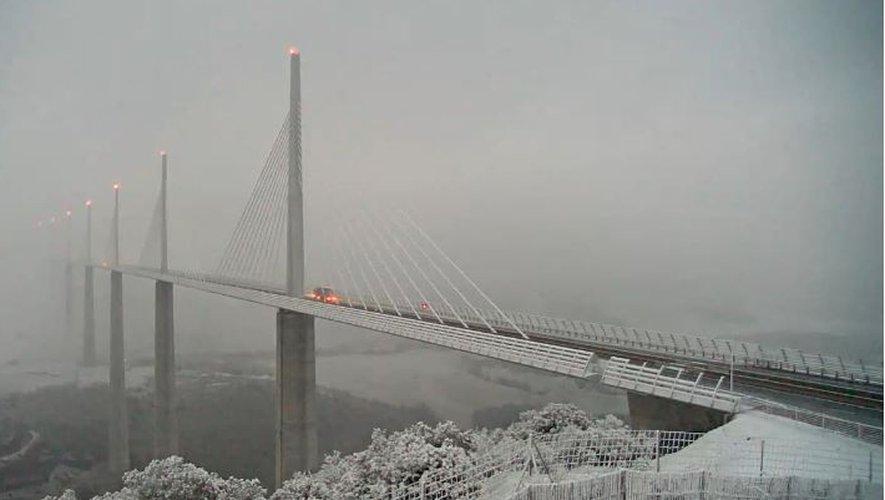 Le viaduc de Millau était recouvert de neige.