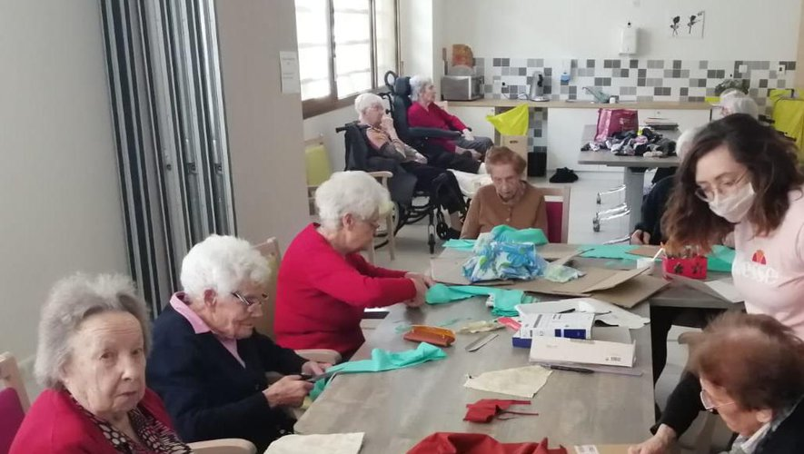 Les résidents, invités notamment à chanter et à confectionner des masques.