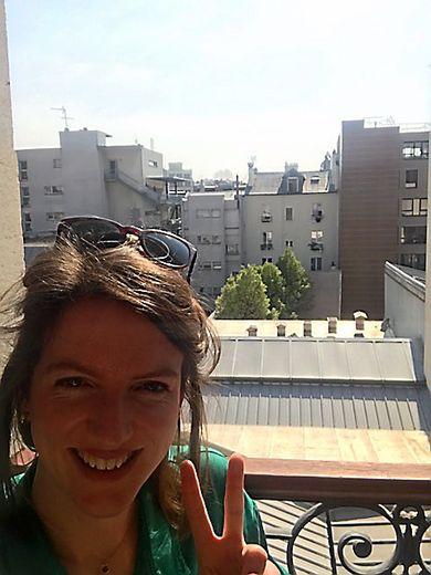 Laura à sa fenêtre « sud » également à Paris (19e arrondissement)