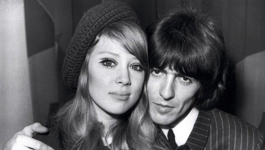 George Harrison et sa jeune femme Patti Boyd posent ensemble le 22 juin 1966.