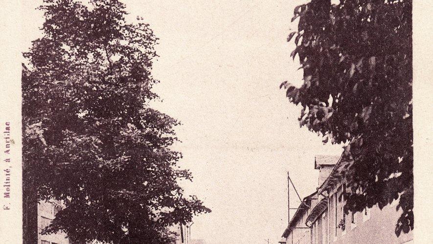 Le village de Saint-Amans-des-Côts possédait déjà un bureau de poste en 1864.
