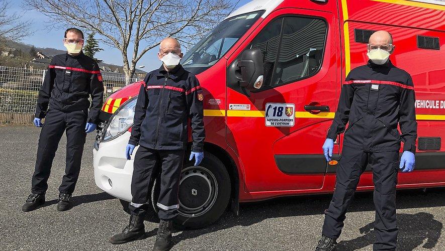 Départ d'intervention sur un accident de voie publique pour les pompiers de Laissac, dûment équipés de gants, masques et lunettes.
