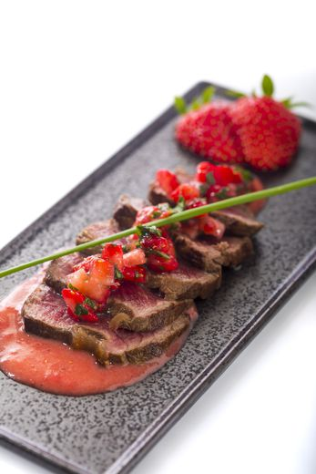Tataki de boeuf aux fraises