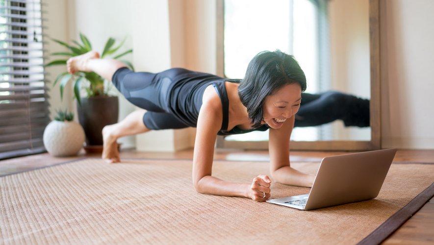 Certains objets pourront vous aider à réaliser des mouvements précis, comme un balai pour des squats ou encore des fentes en vous appuyant sur l'assise d'une chaise.