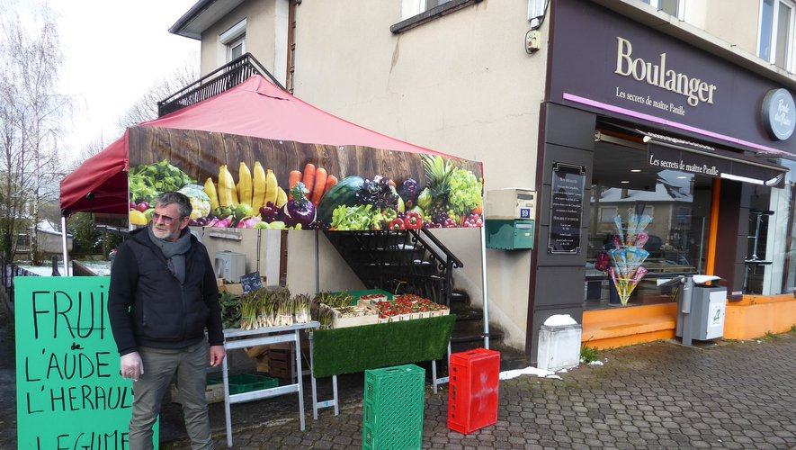 Thierry devant son étal, proposant des fruits et légumes.