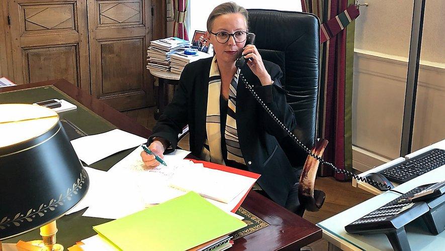 La préfète de l'Aveyron, Catherine de la Robertie, hier mardi dans son bureau.