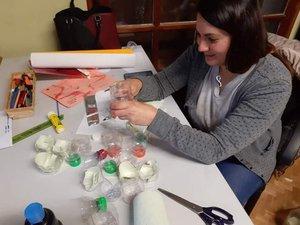 Cristina prépare les activités.