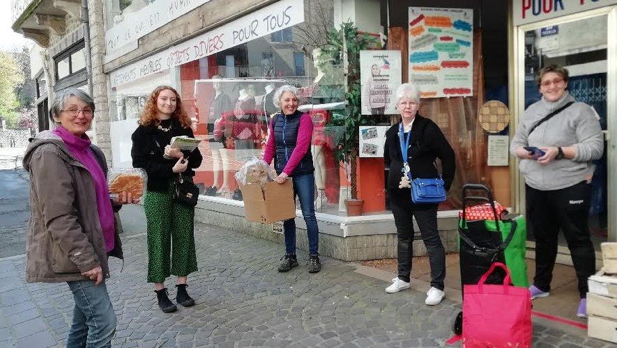 Des bénévoles du Secours Populaire à la sortie de la distribution.