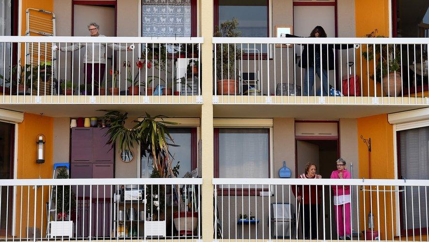 Une quinzaine de résidents, dûment alertés par leur moniteur au mégaphone au pied de la façade de l'immeuble, ont pu s'échauffer, frapper en rythme, bouger les bras et les jambes...