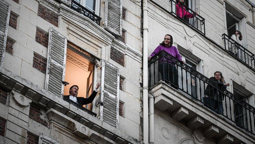 Le ténor Stéphane Sénéchal chante chaque jour à 19H00 une aria de la fenêtre de son appartement, situé dans le IXe arrondissement de Paris